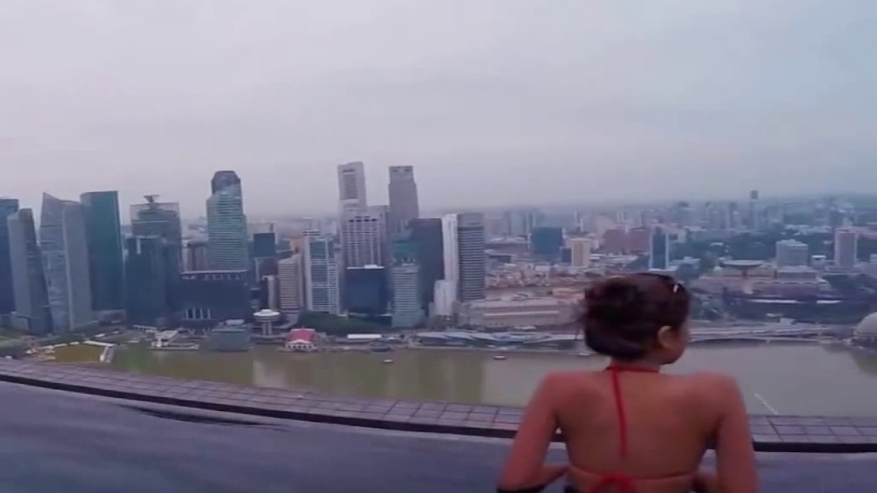 World 39 s highest swimming pool 191 m singapore youtube for Tallest swimming pool in the world