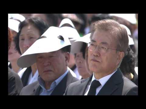 유가족 위로하는 문재인 대통령 눈물 - 5.18 민주화 운동 추모사