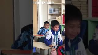 A dramatic award-winning scene was captured at a primary school in southwest China's Sichuan on Wed