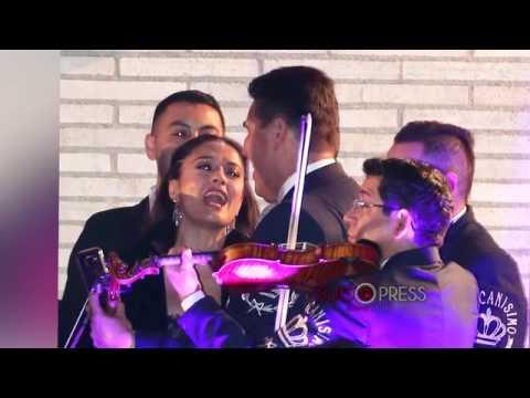 Salma Hayek y Javier Bardem bailan con los mariachis en la fiesta de Vanity Fair