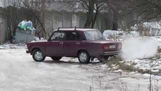 Машина буксует на льду The car skids on ice Зима winter(Машина буксует на льду The car skids on ice Зима winter., 2012-12-30T15:47:57.000Z)
