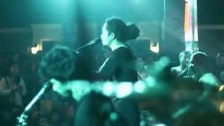 Payung Teduh - Untuk Perempuan Yang Sedang Dalam Pelukan (Official Video)