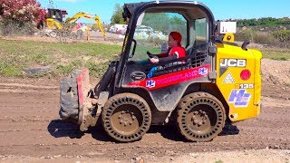 Макс играет в Экскаватор парке и управляет строительными машинами