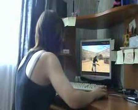 Девушка играеться фото