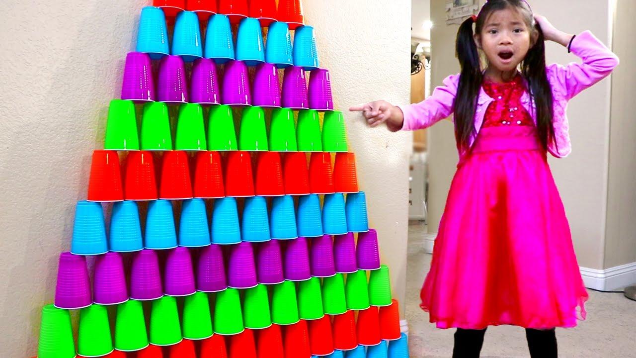 Emma Hace Pirámide Enorme de Vasos Apilados | Reto de Cup Wall Challenge |Juguetes para Niños