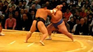 Sumo 大相撲 九州場所7日目 大関千代大海が 琴奨菊を押し出しで破った...