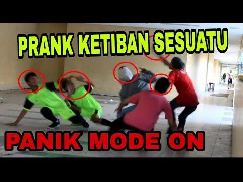 PANIK NGAKAK!!! PRANK KETIBAN SESUATU DARI LANGIT - Prank Indonesia