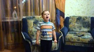 Мальчик 4 года смешно поет песню про Щорса