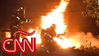 Bombero cae del techo de una casa mientras combatía un incendio en Los Ángeles