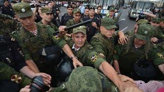 Внутренние Войска и ОМОН бьют прохожих на «Народном сходе» Навального 18.07.2013