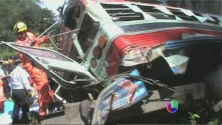 Mortal accidente de autobús en Guatemala - Noticiero Univisión