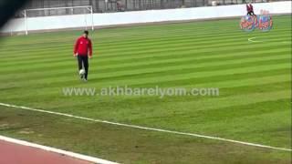 عمرو السولية يستعرض مهاراته بقميص الاهلى  على ملعب مختار التتش