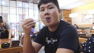 ВЛОГ Корея / Серж ест корейскую еду! Попался волос в кимчи /11.08.19