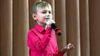Маленький мальчик классно поет  лучшую песню про маму