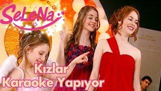 Kızlar karaoke yapıyor