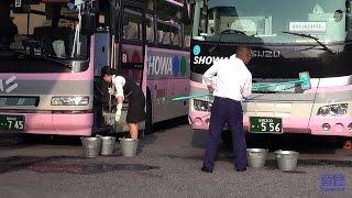 バスがいつもピカピカなその訳とは? 旅館で華麗に幅寄せして後退駐車  さすがベテランの業 昭和バス The expert bus drivers.