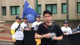 王春燕在中国大使馆前声讨薄熙来的爪牙们迫害使王家家破人亡流离失所