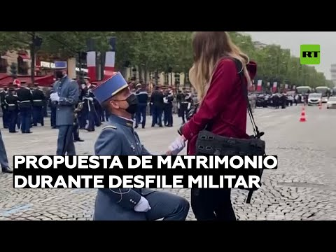 Un soldado pide matrimonio a su novia durante el desfile del Día de la Bastilla