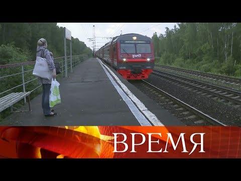 ВМосковской области кондуктор высадил девочку изэлектрички влесу вкомпании спьяным мужчиной.