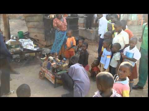 Kasperletheater auf den Straßen Kampalas, Uganda