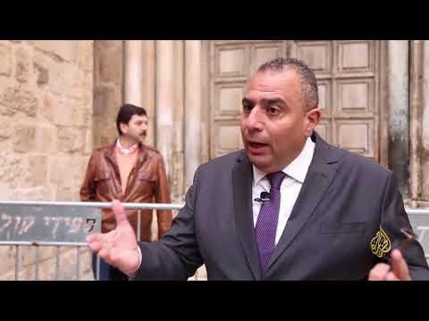 مسيحيو القدس وضيوفها يصلون خارج كنيسة القيامة  - نشر قبل 6 ساعة