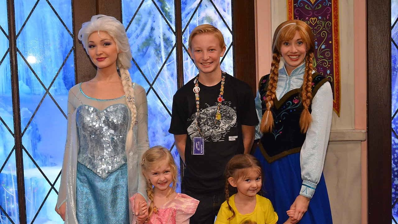 Meet And Greet With Anna And Elsa In Disneyland Ca 2017 Frozen Youtube
