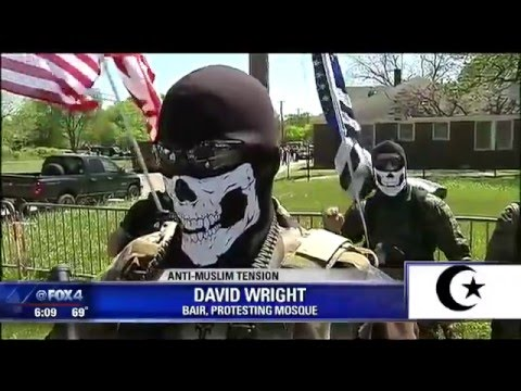 armed-anti-muslim-protesters-against-mosque-in-dallas-texas
