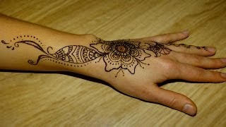 Henna application on hand: Simple design for beginners