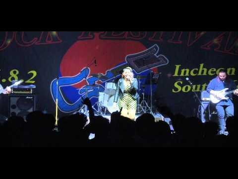 ခင္စုစုႏိုင္ - အေမ့အိမ္ (Korea Rock Festival)