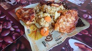 Жареный картофель с овощами и куриные котлеты.