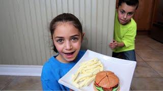 Hadil تحضير طعام غائر لأخيها   Heidi و Zidane