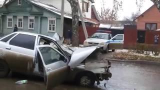 В Саранске «КамАЗ» въехал в дом после столкновения с «десяткой»(В Саранске «КамАЗ» въехал в дом после столкновения с «десяткой», 2016-11-04T11:38:28.000Z)