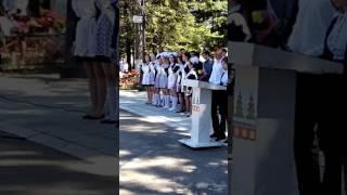 Выпускники поют песню