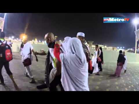 Jurukamera TV3 menggendong warga emas