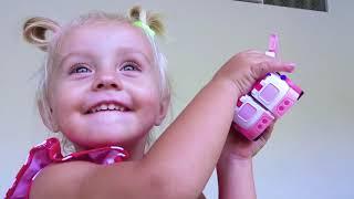 Alicia despierta a papá tocando instrumentos de musicales de juguetes