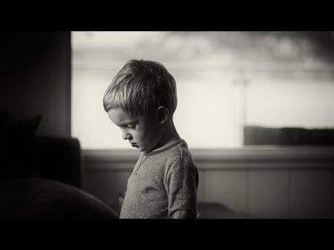 מה דעתכם על אבא שאומר לבנו: ״זה לא מצדיק בכי״?