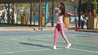 كندا حنا تلعب التنس بملابس مثيرة