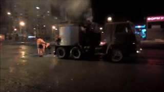 В Казани дорожники кладут асфальт в лужу