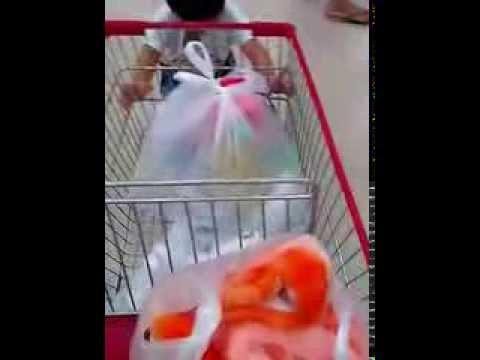 Lucky đi siêu thị Coopmart.