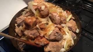 Сочная жареная свинина с луком / рецепт от шеф-повара / Илья Лазерсон / Обед безбрачия