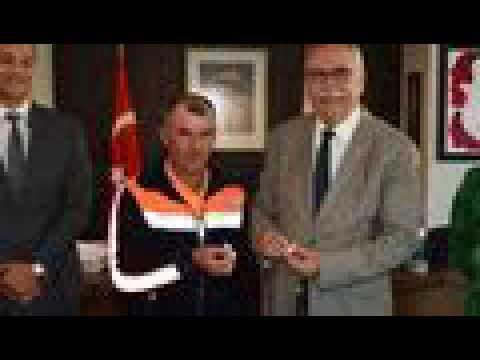 Türk bayrağını çöpten alan işçi ödüllendirildi