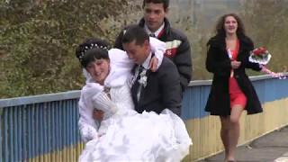 Жених упустил невесту на мосту.