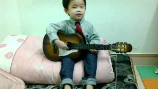 """Zizou Hào Hiệp đàn guitar và hát """"Gieo hạt"""" (hay """"Hạt đậu xanh"""")"""