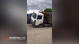 Վանաձորում բեռնատարի ծանրությունից ասֆալտը բացվել է, մեքենան ընկել է մեջը