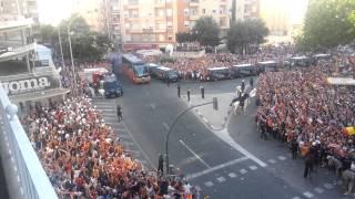 Recibimiento al bus del Valencia CF, INCREÍBLE!