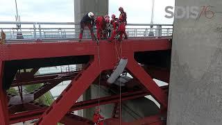 Manœuvre des spécialistes du GRIMP au pont de Tancarville