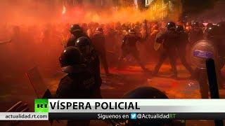 Enfrentamientos entre manifestantes y policías en Barcelona en vísperas del 1-O