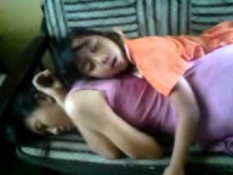 ayu tidur mlongo di kursi ama ibu.3GP