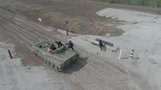 Соревновательные заезды экипажей мотострелков в ходе конкурса «Суворовский натиск»
