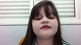 Menina cantando ET - Katy Perry